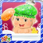 刚出生的婴儿沐浴露 - 可爱妈妈的爱,关心和装扮游戏的女婴